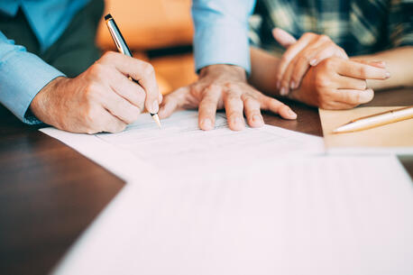 Firmando contrato de seguro médico