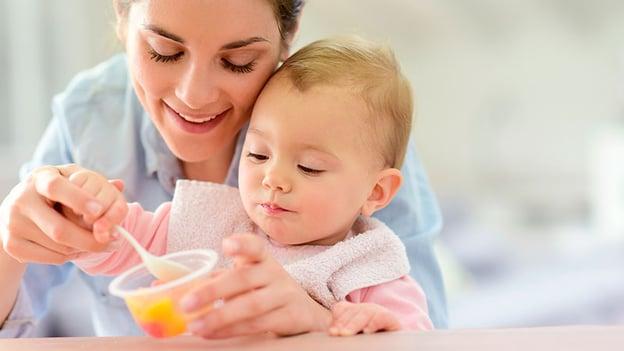 alimentacion-complementaria-blog-humana-una-madre-dando-papilla-a-su-hujo-medicina-prepagada-salud