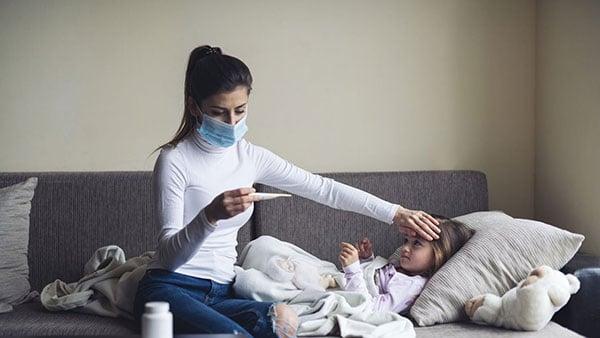 madre-cuidando-hija-temperatura-covid-humana-medicina-prepagada-ecuador